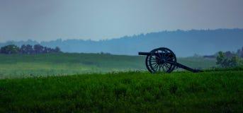 Uitstekend Kanon die oud slagveld overzien royalty-vrije stock afbeelding