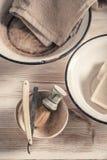Uitstekend kappersmateriaal met schuim, oude scheermes en borstel stock foto