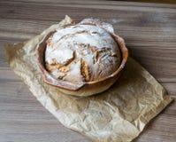 Uitstekend knapperig eigengemaakt die brood in een bakselschotel wordt gebakken royalty-vrije stock afbeelding