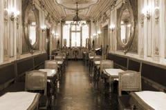 Uitstekend koffiebinnenland met houten meubilair royalty-vrije stock afbeeldingen