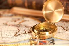 Uitstekend kompas met ketting op een kaart Stock Fotografie
