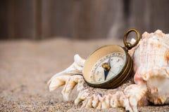 Uitstekend kompas met shell op zand Royalty-vrije Stock Foto's