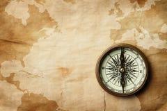 Uitstekend kompas op oude kaart met exemplaarruimte stock foto's