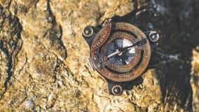 Uitstekend Kompas op Steenrots stock afbeeldingen