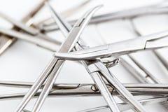Uitstekend medisch instrumenten, scalpel, schaar, klemmen en pincet op wit geïsoleerde achtergrond stock afbeelding