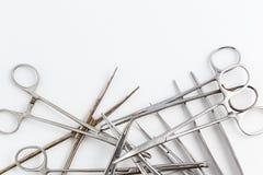 Uitstekend medisch instrumenten, scalpel, schaar, klemmen en pincet op wit geïsoleerde achtergrond royalty-vrije stock afbeeldingen