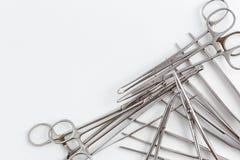 Uitstekend medisch instrumenten, scalpel, schaar, klemmen en pincet op wit geïsoleerde achtergrond royalty-vrije stock foto
