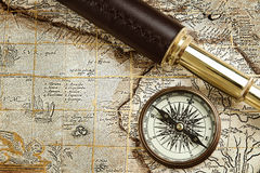 Uitstekend messingstelescoop en kompas Stock Fotografie