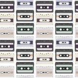 Uitstekend naadloos patroon met analoge muziekcassettes de achtergrond van de jaren '80loopable met magnetische audiobanden stock illustratie