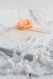 Uitstekend notitieboekje op witte lijst Stock Foto