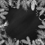 Uitstekend ontwerp voor groetkaart of uitnodiging voor Kerstmisviering Vectorkader met hand getrokken elementen: takken van spruc Stock Fotografie