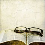 Uitstekend open boek en klassieke oogglazen Stock Foto