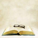 Uitstekend open boek en klassieke oogglazen Royalty-vrije Stock Foto's