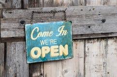 Uitstekend open teken op oude houten deur Royalty-vrije Stock Afbeeldingen