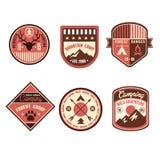 Uitstekend Openluchtkampkentekens en Logo Emblems vector illustratie