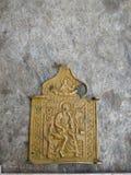Uitstekend oud metaalbrons, scapular koper orthodox pictogram behandeld met groen patina op een oude steenachtergrond stock foto's