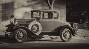 Uitstekend oud parkeerterrein op de straat stock fotografie