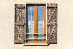 Uitstekend oud venster met houten blinden Stock Foto's