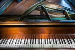 Uitstekend pianotoetsenbord - muziekachtergrond Royalty-vrije Stock Afbeeldingen