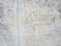 Uitstekend pijlteken op mortiervloer stock afbeelding