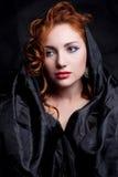 Uitstekend portret van betoverend mooie roodharige koningin zoals meisje Royalty-vrije Stock Afbeeldingen
