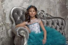 Uitstekend portret van een meisje in een blauwe kleding Royalty-vrije Stock Fotografie