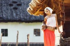 Uitstekend portret van jonge vrouw met een kruik Stock Foto