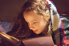 Uitstekend portret van leuk meisje die een boek in koude dag lezen Stock Foto