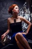 Uitstekend portret van verleidelijk gembermodel met zilveren folie royalty-vrije stock foto