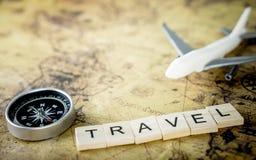 Uitstekend reismateriaal met luchtvliegtuig voor wereldreis Royalty-vrije Stock Foto