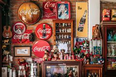 Uitstekend retro de drankteken van de kolasoda en uitstekend stuk speelgoed royalty-vrije stock fotografie