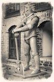 Uitstekend retro gestileerd beeld van middeleeuwse ridder met bijl stock fotografie