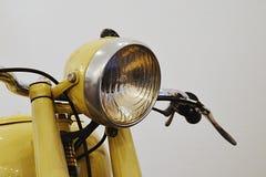 Uitstekend rond koplamp en leidingsstuur op Tsjechoslowaakse motorfiets van jaren '50 van 20ste eeuw, gele kleur Stock Fotografie