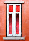 Uitstekend rood en wit venster Stock Afbeelding