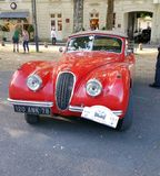 Uitstekend rood jaguarmotorvoertuig stock foto's