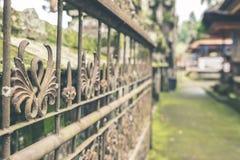 Uitstekend Rusty Fence in de Balinese tempel, tropisch Eiland Bali, Indonesië Hindoese Tempel Oude omheining Royalty-vrije Stock Fotografie