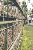 Uitstekend Rusty Fence in de Balinese tempel, tropisch Eiland Bali, Indonesië Hindoese Tempel Oude omheining Royalty-vrije Stock Afbeelding