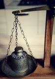 Uitstekend saldo met retro gewichtsschaal - één kilogramgewicht Stock Fotografie