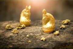 Uitstekend schaakpaard in goud en goud op oude steenvloer Royalty-vrije Stock Foto
