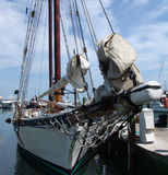 Uitstekend Schip bij Haven Stock Afbeeldingen