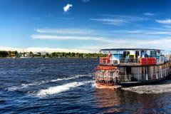 Uitstekend schipwiel op de rivier op een zonnige dag royalty-vrije stock afbeeldingen