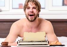 Uitstekend schrijfmachineconcept Mens die retro het schrijven machine typen Mannelijk handentype verhaal of rapport die uitsteken royalty-vrije stock fotografie