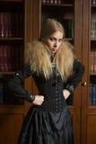 Uitstekend sexy meisje naast de gotische boekenkast, royalty-vrije stock afbeelding
