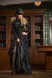 Uitstekend sexy meisje naast de gotische boekenkast, royalty-vrije stock fotografie