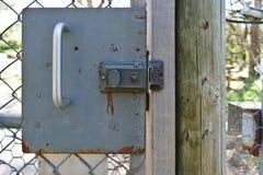 Uitstekend slot op oude corrosieve deur stock afbeelding