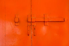 Uitstekend slot in rood venster Royalty-vrije Stock Foto's