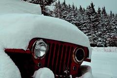Uitstekend sneeuw behandeld legervoertuig Royalty-vrije Stock Afbeeldingen