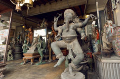 Uitstekend standbeeld van Lord Ganesha en vele retro stijlherinneringen in antieke winkel Stock Foto