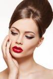 Uitstekend stijlmodel. De samenstelling van lippen, glanzend kapsel Royalty-vrije Stock Afbeeldingen