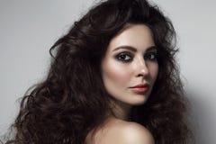 Uitstekend stijlportret van mooie vrouw met lange krullend Royalty-vrije Stock Foto's
